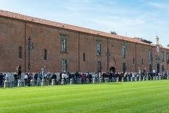 Turister som besöker det lutande tornet av Pisa Arkivbilder