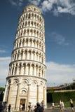 Turister som besöker det lutande tornet av Pisa, Pisa, Italien Royaltyfria Bilder