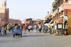 Turister som besöker Djemaa el Fna - marknadsställe i Marrakeshs den medina fjärdedelen på 24 Augusti 2014 i Marrakesh, Marocko Royaltyfri Foto