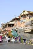 Turister som besöker Djemaa el Fna - marknadsställe i Marrakeshs den medina fjärdedelen på 24 Augusti 2014 i Marrakesh, Marocko Royaltyfria Bilder