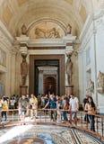 Turister som besöker en av korridorerna av Vaticanenmuseerna i ROM-minne Royaltyfri Bild