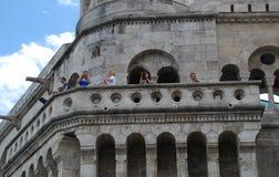 Turister som besöker fiskarens bastion i Budapest, Ungern Royaltyfri Foto