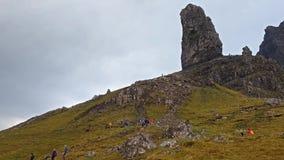 Turister som besöker gamala mannen av Stor i höst - ö av Skye, Skottland stock video