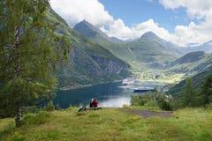 Turister som besöker Geiranger och Geirangerfjord, Norge arkivbilder