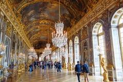 Turister som besöker Hallen av speglar i Versailles, Frankrike Royaltyfri Bild