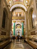 Turister som besöker inre av domkyrkan för ` s för St Isaac Helgon-Peterburg Royaltyfri Foto