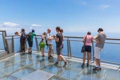 Turister som besöker klipporna av Gabo Girao på madeiraön Royaltyfri Foto