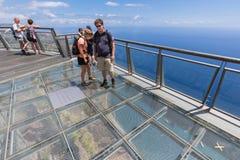 Turister som besöker klipporna av Gabo Girao på madeiraön Arkivbilder
