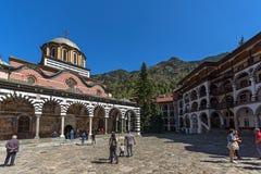 Turister som besöker kloster av helgonet Ivan John av den Rila Rila kloster, Kyustendil R royaltyfria foton