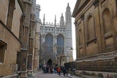 Turister som besöker konungs högskolakapellet, Cambridge Royaltyfria Foton