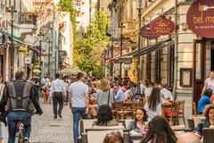 Turister som besöker och har lunch på det utomhus- restaurangkafét Arkivbilder