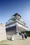 Turister som besöker Osaka Castle, Japan mest berömd historisk gränsmärke i Osaka City, Japan fotografering för bildbyråer