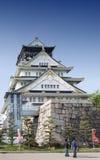 Turister som besöker Osaka Castle, Japan mest berömd historisk gränsmärke i Osaka City, Japan arkivbilder