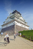 Turister som besöker Osaka Castle, Japan mest berömd historisk gränsmärke i Osaka City, Japan royaltyfri bild