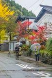 Turister som besöker på gatan på det Kakunodate samurajområdet i Akita Arkivfoto