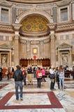 Turister som besöker panteon i Rome, Italien Arkivfoton
