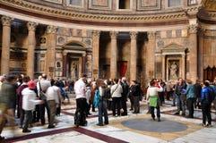 Turister som besöker panteon i Rome, Italien Arkivbilder