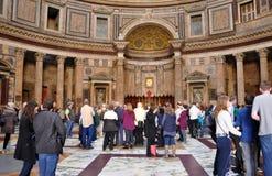Turister som besöker panteon i Rome, Italien Arkivbild