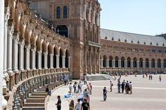 Turister som besöker Plaza de Espana, Seville, Spanien royaltyfri foto