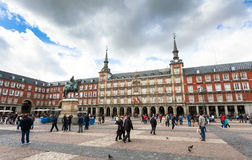 Turister som besöker Plazaborgmästaren i Madrid, Spanien Royaltyfri Bild