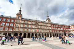 Turister som besöker Plazaborgmästaren i Madrid, Spanien Royaltyfri Fotografi