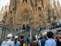 Turister som besöker Sagradaen Familia Antonio Gaudi kyrka arkivbild