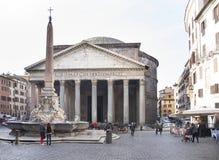 Turister som besöker springbrunnen och panteon i den fyrkantiga Rotoen Fotografering för Bildbyråer