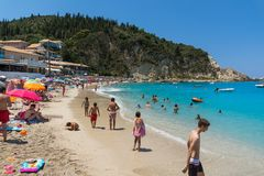 Turister som besöker stranden av byn av Agios Nikitas, Lefkada, Ionian öar, Gree royaltyfri foto