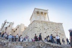 Turister som besöker templet av Athena Nike Arkivfoton