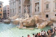Turister som besöker Trevi-springbrunnen i Rome arkivfoto