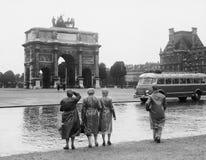 Turister som beskådar Arc de Triomphe du Karusell på de Tuileries trädgårdarna, Juli 15, 1953 (alla visade personer inte är längr Arkivbilder