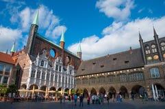 Turister som beskådar det Lubeck stadshuset royaltyfria foton