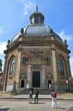 Turister som beskådar Oostkerken i Middelburg Royaltyfri Fotografi