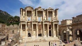 Turister som besöker den forntida staden av Ephesus, Turkiet Arkivbilder