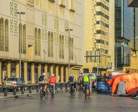 Turister som cyklar på gatan i Dubai, UAE royaltyfri bild
