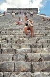 Turister som erövrar den Chichen Itza strömförsörjningspyramiden Royaltyfri Fotografi