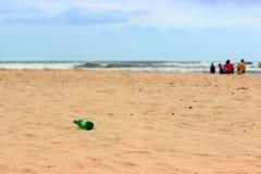 Turister som förorenar stranden, föroreningbegrepp Royaltyfri Foto