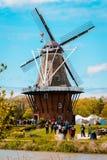 Turister som flockas till den De Zwaan väderkvarnen i Holland Michigan under tulpantid arkivbilder
