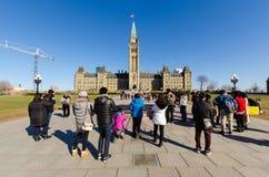 Turister som framme tar bilder av den kanadensiska parlamentet i Otta Royaltyfria Bilder