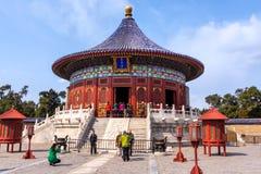 Turister som framme tar bilder och selfies av templet av himmel, Peking arkivbild
