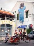 Turister som framme tar fotoet av den berömda gatan Art Mural i Geo arkivbilder