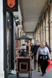 Turister som går forntid många, shoppar, Paris, Frankrike, 2016 Fotografering för Bildbyråer