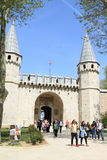 Turister som går från ` turkiska Tours vid lokalhandbok`, Arkivfoton