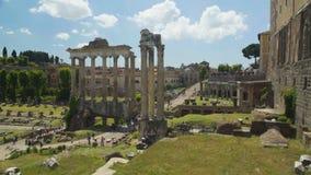 Turister som går i det frilufts- museet Roman Forum, sikt från den Capitolium kullen stock video
