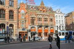 Turister som går i historisk sitymitt av Amsterdam, Nederländerna Arkivbilder