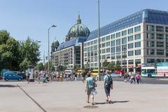 Turister som går in i Karl Liebknecht Strasse nära BerlinerDomna i Berlin, Tyskland Arkivbilder