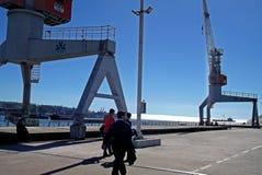 Turister som går in i päfyllningsskeppsdocka i Chile Royaltyfria Bilder