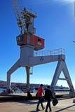 Turister som går in i päfyllningsskeppsdocka i Chile fotografering för bildbyråer
