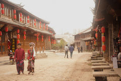 Turister som går i Shuhe den forntida staden. royaltyfria foton
