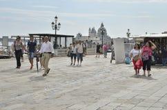 Turister som går i Venedig Arkivfoton